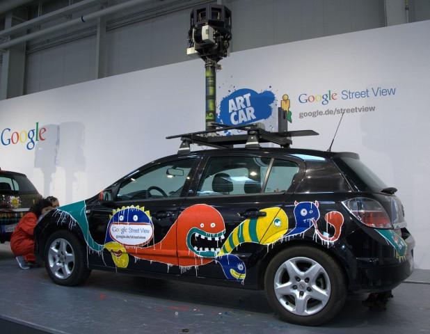 Erst mal in der Garage: Googles Fotofahrzeuge werden auf der Cebit 2010 von Künstlern verziert. (Foto: wp)