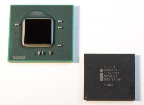 Der Atom mit Dual-Core (l.) hat nur noch ein Die. Rechts Chipsatz NM10.
