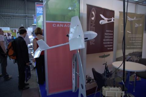 Die Drohne Raven, im Vordergrund rechts ist das Ground Control System erkennbar. (Foto: wp)