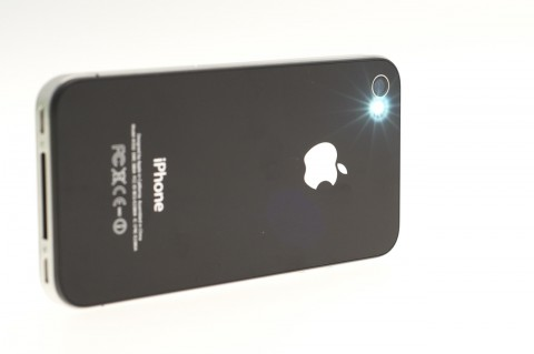 iPhone 4 mit einer LED neben der Kamera