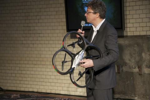 Henri Seydoux der Firma Parrot zeigt im Berliner E-Werk die AR.Drone.