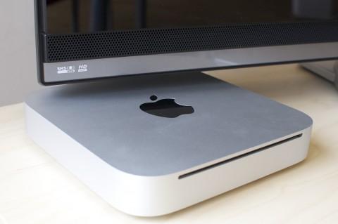 Der Mac Mini passt unter viele Fernseher.