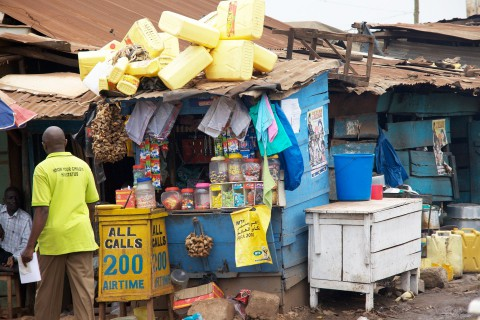 Kiosk mit öffentlichem Telefon in Uganda. Handys sind zwar weit verbreitet, aber nicht jeder kann sich ein eigenes Telefon leisten. (Foto: ji)