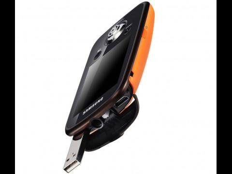 Samsung HMX-E10 mit ausgeklapptem USB-Anschlussstecker