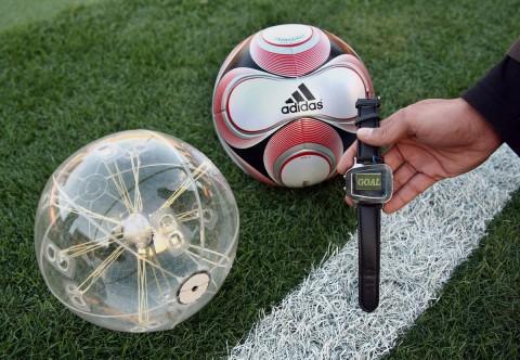 Cairos - Chip im Ball - Anzeige auf Armbanduhr des Schiedsrichters (Bild: Cairos)