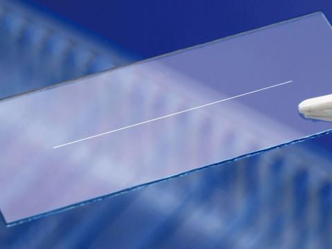 Eine Leiterbahn, die mit dem neuen Herstellungsverfahren aufgedampft wurde (Foto. Fraunhofer ILT)