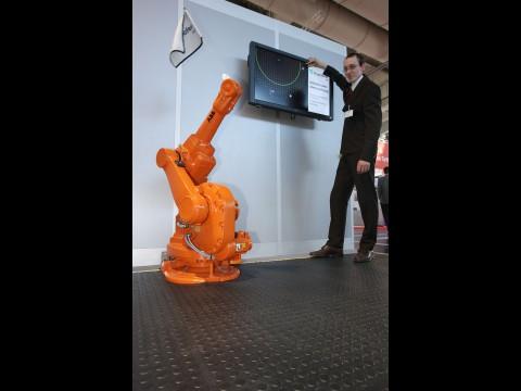 Sensoren im Fußboden erkennen, dass ein Mensch naht, und halten den Roboter an. (Foto: Fraunhofer)