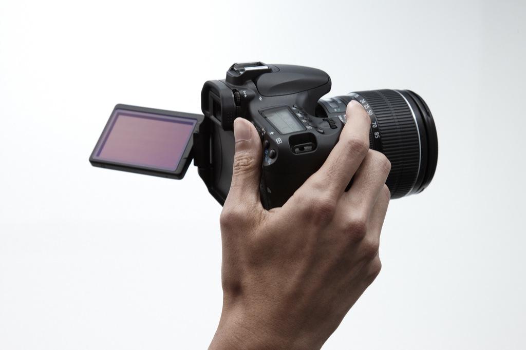 Canon: EOS 60D mit Schwenkdisplay und Full-HD-Videoaufzeichnung - Canon EOS 60D mit abgeklapptem Display