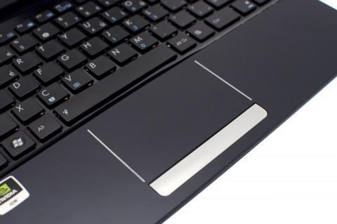 Das Touchpad ist schön groß. Fast 85 mm in der Breite und 47 mm in der Höhe. Die Tastenwippe ist leider nur mäßig.