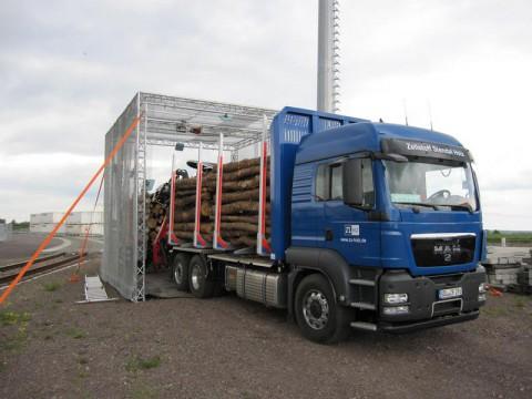 Beim Durchfahren des Reader-Gates wird die komplette Lkw-Ladung mit Rundholz erfasst. (Quelle: Mike Wäsche/Fraunhofer IFF)