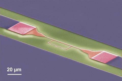 Elektronenmikroskopische Aufnahme des supraleitenden Quantenschaltkreises (rot: Qubit aus Aluminium, grau: Resonator aus Niob, grün: Siliziumsubstrat)