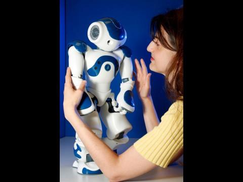 Cañamero mit einem traurigen Nao (Foto: University of Hertfordshire)