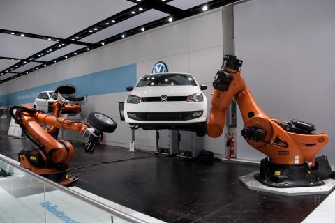 Kuka-Roboterarme wuchten schwere Gewichte - wie hier auf der Hannover Messe 2010. (Foto: wp)