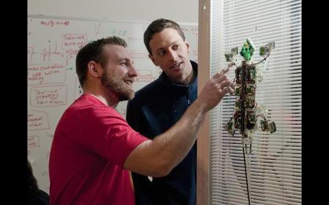 Stickybot und seine Konstrukteure (Foto: Stanford University)