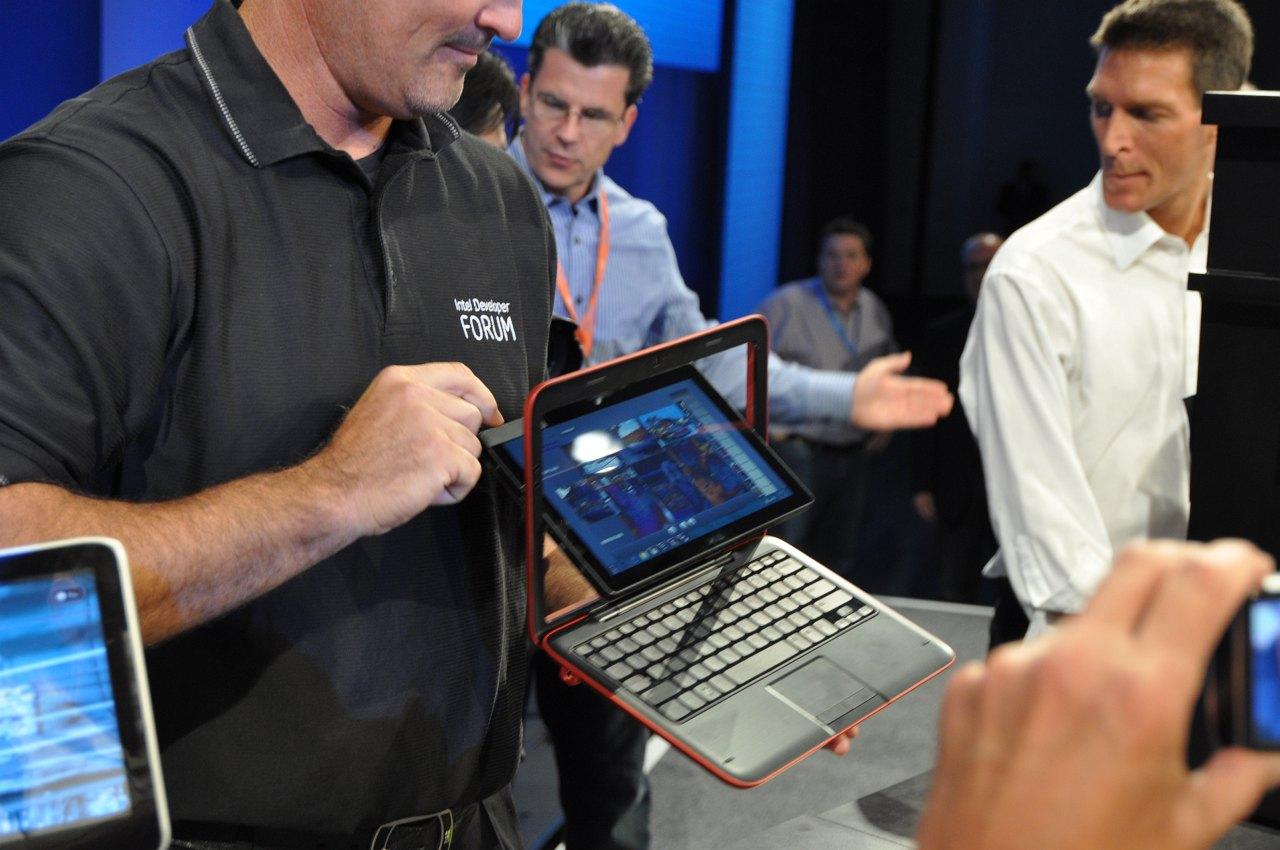Inspiron Duo: Dells Tablet versteckt elegant seine Tastatur - ... dem sein Mechanismus auf dem ersten Blick nicht anzusehen ist.