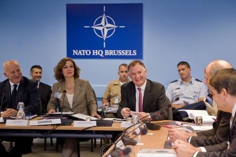 Der stellvertretende US-Verteidigungsminister William Lynn (mit der roten Krawatte) bei der Nato in Brüssel (Foto: Cherie Cullen/DoD)