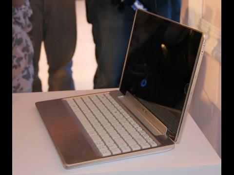 Das Eee Pad EP121 mit angesteckter Tastatur