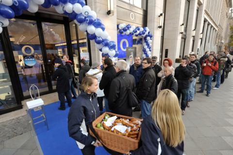 Warteschlange vor dem O2 Flagship Store in Berlin