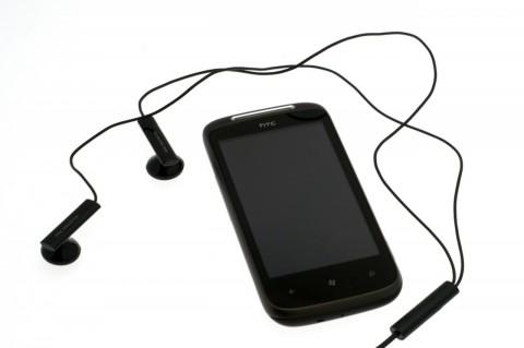 HTC 7 Mozart mit ausgerolltem Stereoheadset
