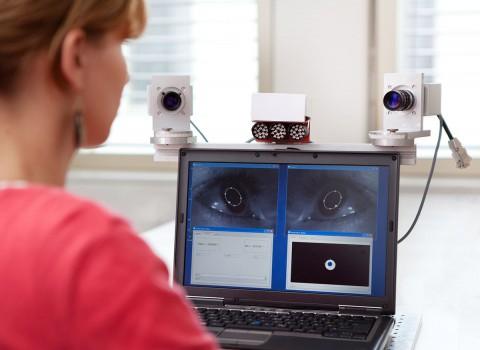 Eyetracker-Demonstator: Das erkennt die Lage der Pupille und die Blickrichtung (Foto: Fraunhofer IDMT)