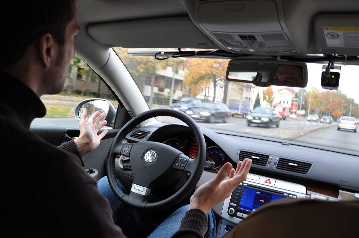 Autonomes Fahren: Roboterautos kurven durch Niedersachsen und Kalifornien - Der Fahrer kann gestukulieren... (Foto: TU Braunschweig)