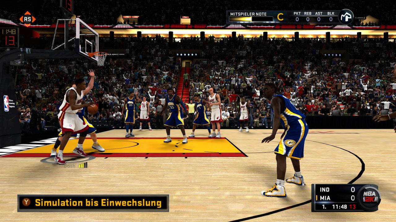 Spieletest NBA 2K11: Eine Zeitreise mit Jordan und Magic - Solange der eigene Basketballer im Mein-Spieler-Modus nicht eingewechselt wird, schaut er von der Seitenlinie zu.