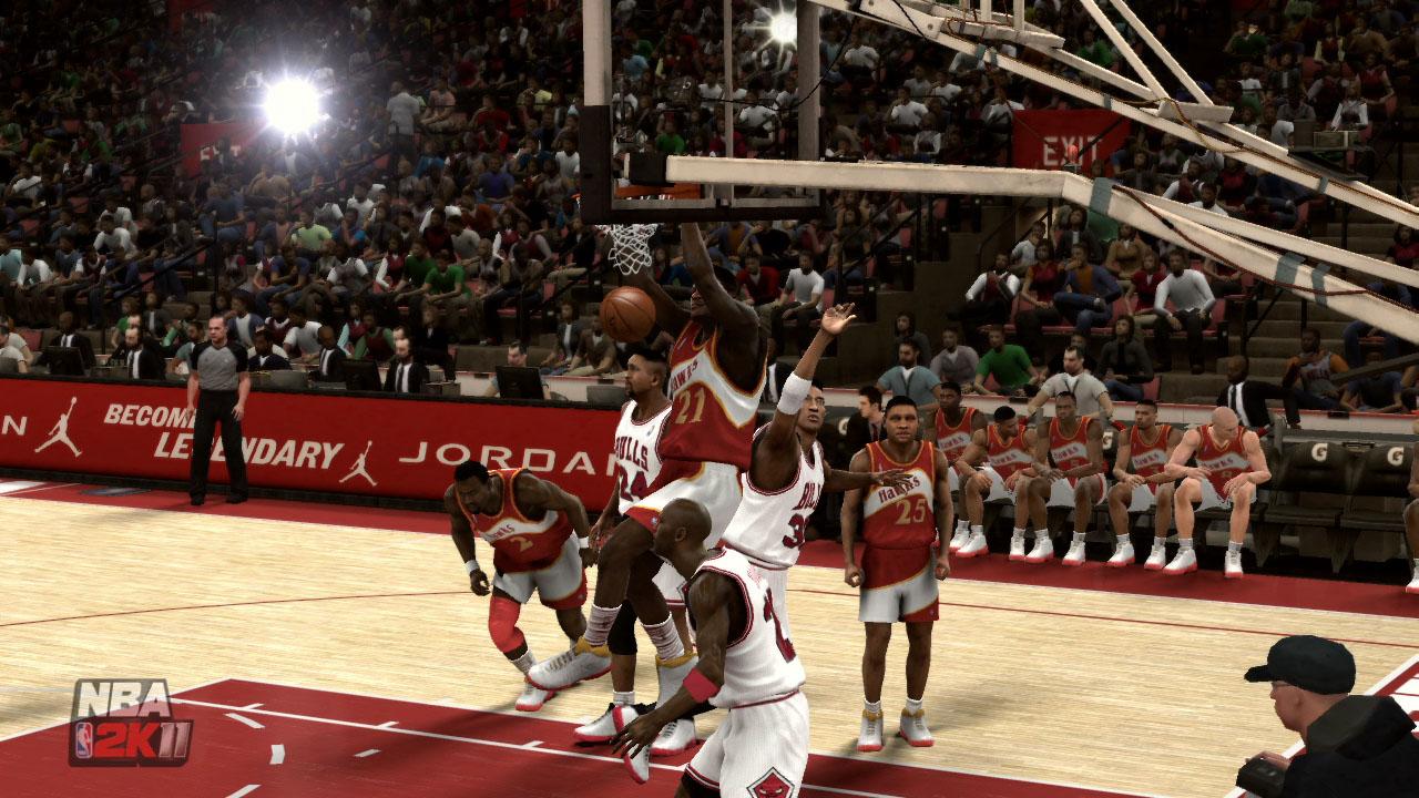 Spieletest NBA 2K11: Eine Zeitreise mit Jordan und Magic - Wilkins mit dem Alley Oop nach Pass von Spud Webb.