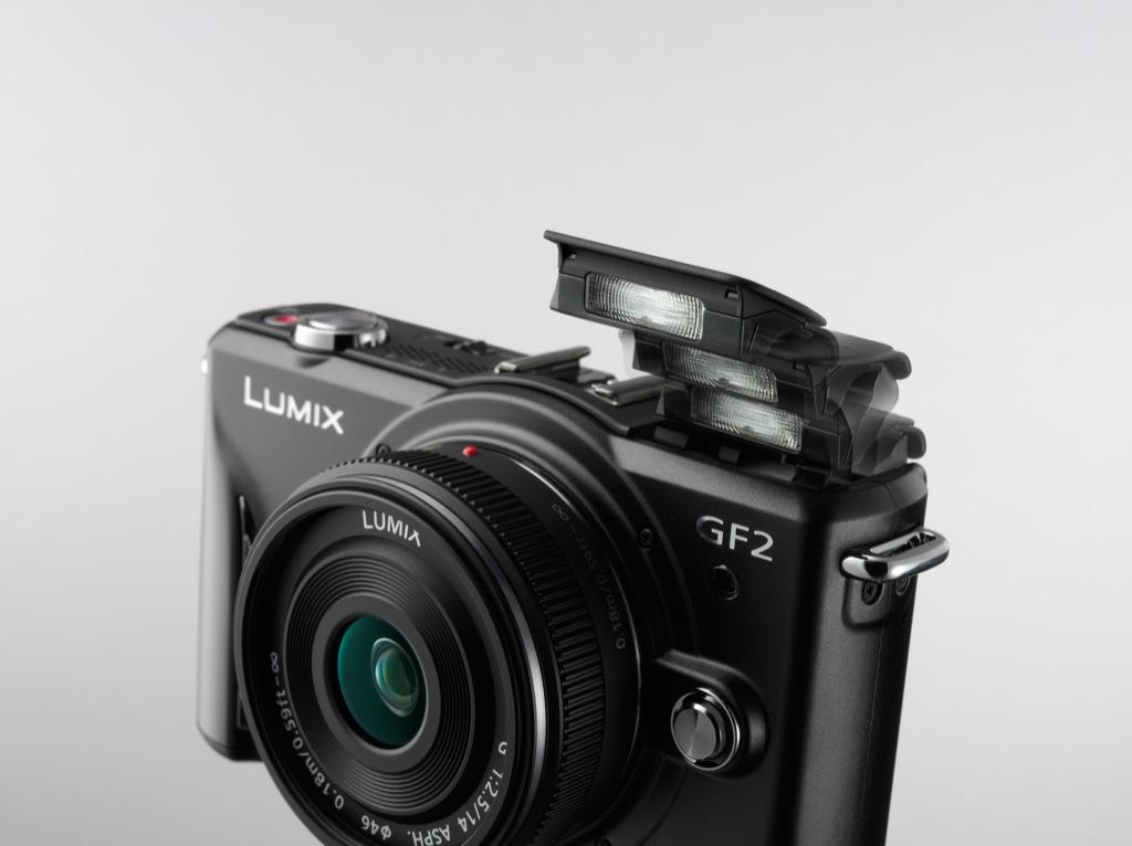 Panasonic: Kleine Kompaktkamera mit Wechseloptik - Panasonic Lumix GF2 mit aufgeklapptem Blitz