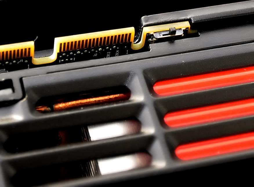 Radeon HD 6950 und 6970 im Test: AMDs schnellste GPU - knapp an der Spitze vorbei - Dieser kleine Schalter wechselt zwischen zwei BIOS-Versionen.