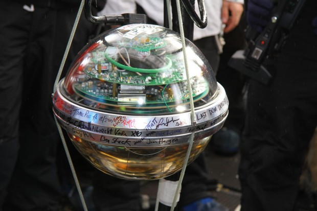 2010: Der letzte Sensor des Teilchendetektors kommt ins Eis. (Foto: NSF)