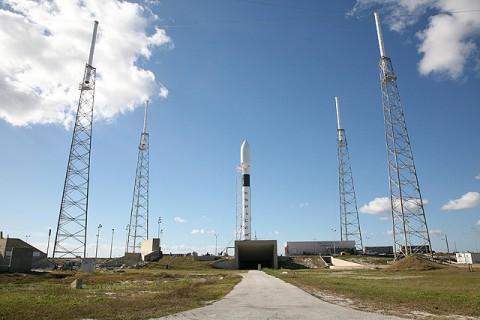 Die Falcon 9 auf der Startrampe (Foto: SpaceX)