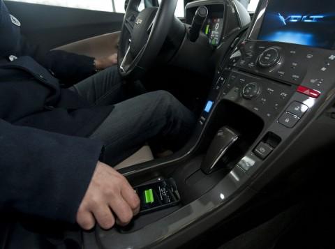 Chevrolet Volt mit drahtlosem Ladesystem in der Mittelkonsole (Foto: GM)