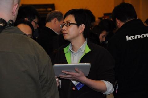 Ein Lenovo-Mitarbeiter zeigt den Windows-basierten Prototyp eines...