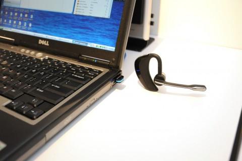 Plantronics Voyager Pro UC: Am Notebook gut zu sehen ist der mitgelieferte USB-Bluetooth-Adapter.