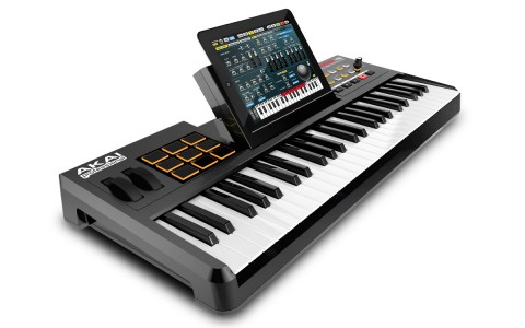Akai Synthstation49 mit eingestecktem iPad