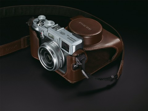 Fujifilm Finepix X100 mit optionaler Ledertasche