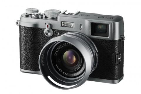 Fujifilm Finepix X100 mit optionaler Sonnenblende