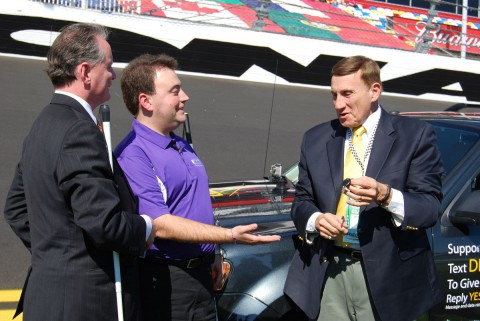 Vor dem Start: Mark Riccobono (Mitte) bekommt den Autoschlüssel. (Foto: NFB)