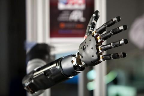Die Armprothese soll wie ein richtiger Arm genutzt werden können. (Foto: FDA)