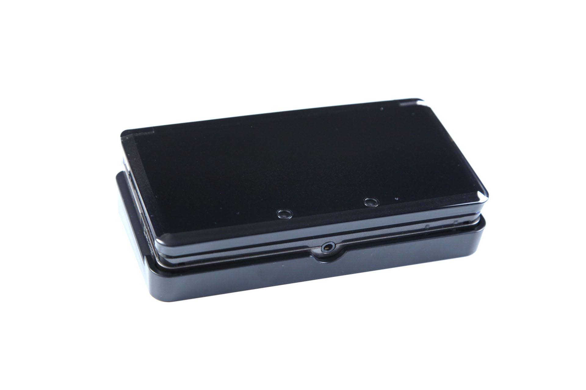 3DS: Nintendos Neuer im Importtest - Der 3DS sitzt etwas wackelig in der Docking-Station. (Foto: mw)