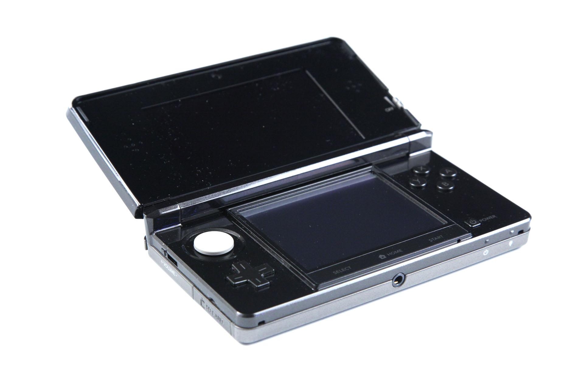 3DS: Nintendos Neuer im Importtest - In Anthrazit, wie dieses japanische 3DS, ist die Konsole ein besonders starker Fusselmagnet. (Foto: mw)