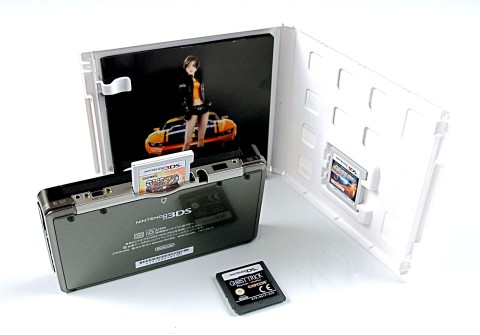 Das Nintendos 3DS mit der japanischen Spieleverpackung von Ridge Racer 3D (Foto: mw)