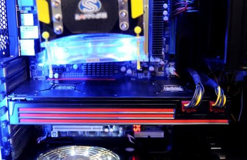 Sapphires 6990 mit deutlich getrennten GPUs