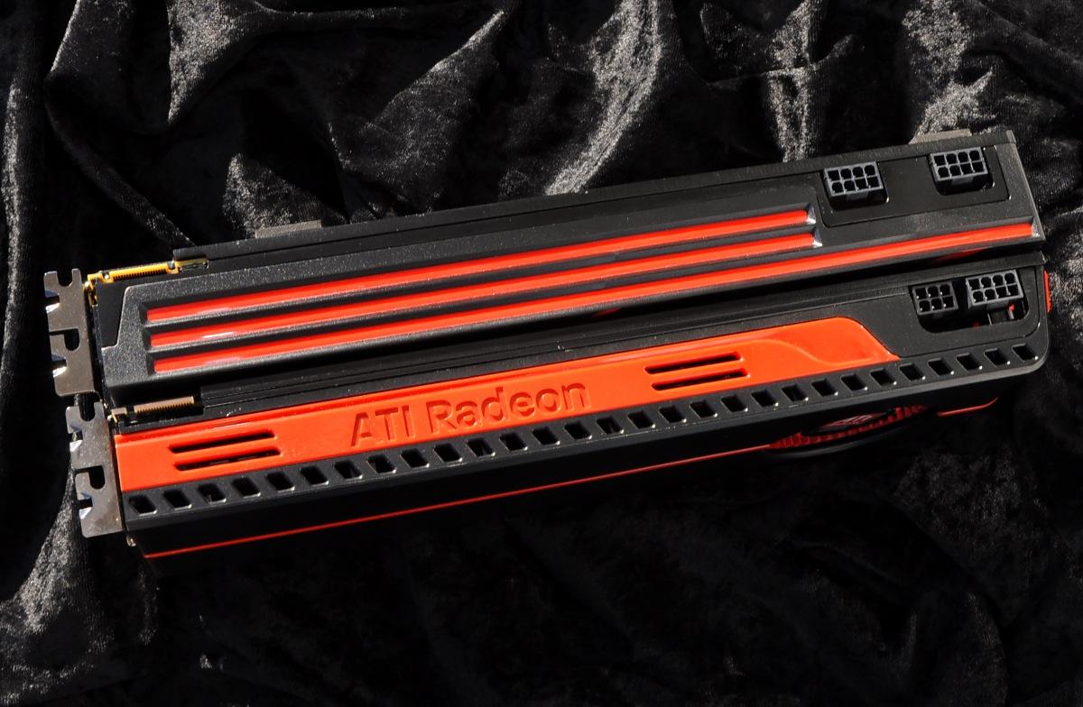 AMD Radeon HD 6990 im Test: Grafikmonster mit 500 Watt für 600 Euro (Update) - Genauso lang wie die 5970 (vorne)