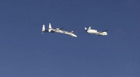 Die Proteus (links) nähert sich der Global Hawk. (Foto: Nasa)