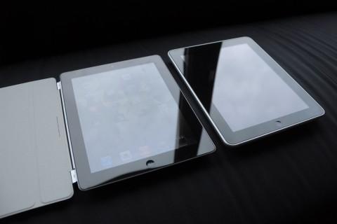 Es bleibt beim spiegelnden, aber sehr hellen Display. Links das iPad 2 mit Smartcover, rechts das iPad der ersten Generation.