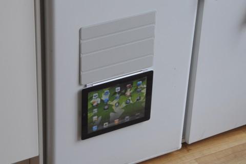 Klebt am Kühlschrank. Der Magnetismus ist stark im neuen iPad.