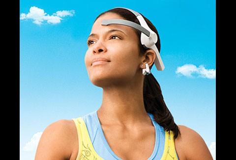 Neuroskys Mindwave -Werbebilder zeigen, wie das EEG-Headset eigentlich nicht angelegt werden sollte.