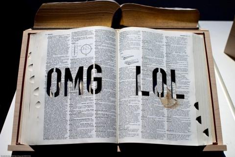 """Mit einem Lasercutter hat der Künstler Michael Mandiberg die Begriffe """"OMG"""" und """"LOL"""" ins Oxford Dictionary geschnitten. (Foto: See-ming Lee, CC BY-SA 2.0)"""