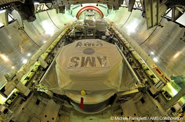 Das Instrument AMS-02 in der Ladebucht des Spaceshuttles (Foto: AMS-02 Collaboration)